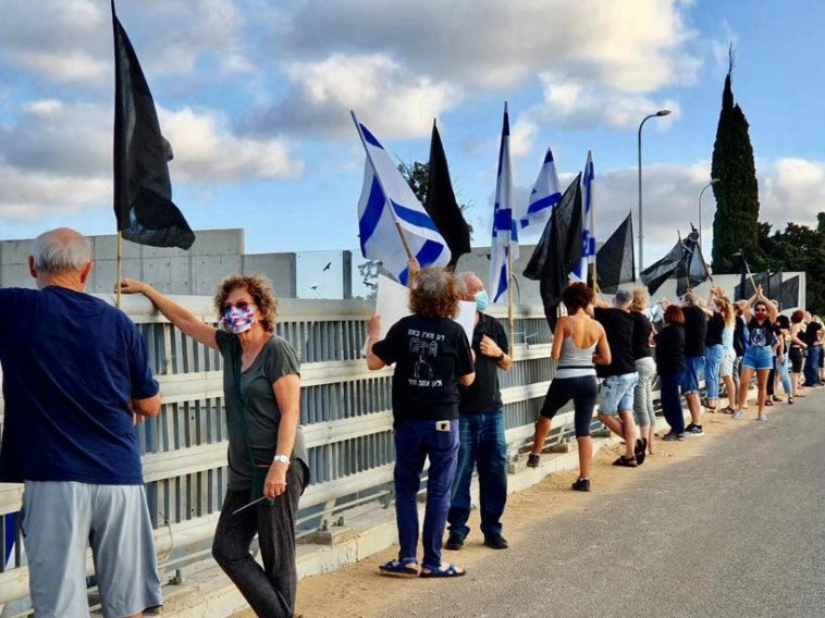 מחאת הדגלים השחורים נמשכת  (צילום: אבשלום ששוני)