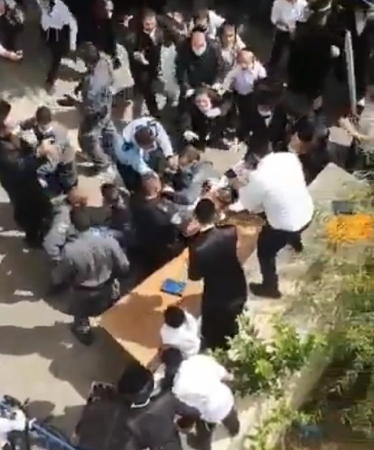 עימותים בין חרדים לשוטרים בביתר עילית (צילום: רשתות חברתיות)
