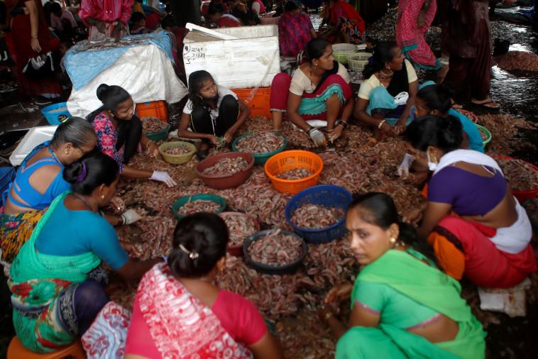 הודו: נשים עובדות בשוק במומביי בימי הקורונה (צילום: REUTERS/Francis Mascarenhas)