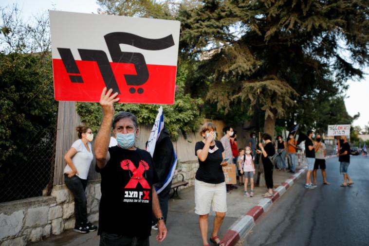 מפגין נגד נתניהו מחזיק שלט ''לך'' (צילום: אוליבייה פיטוסי, פלאש 90)