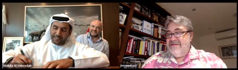 ג'ון מדבד, מייסד ומנכ''ל OurCrowd, ועבדאללה סעיד אלנבודה, בעלי קבוצת אלנבודה, חותמים על ההסכם (צילום: OurCrowd)