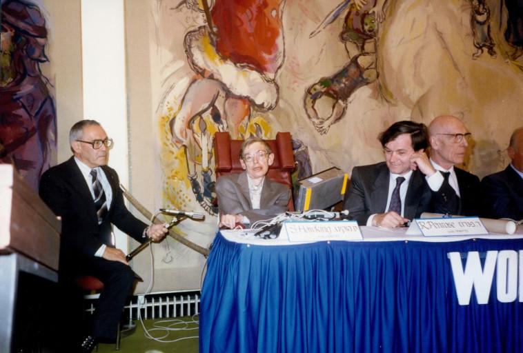 פנדרוז (מימין) לצד סטיבן הוקינג במהלך זכייתם בפרס וולף ב-1988 (צילום: קרן וולף)