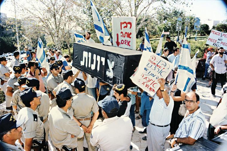 ארון הקבורה בהפגנת הימין נגד רבין (צילום: פלאש 90)