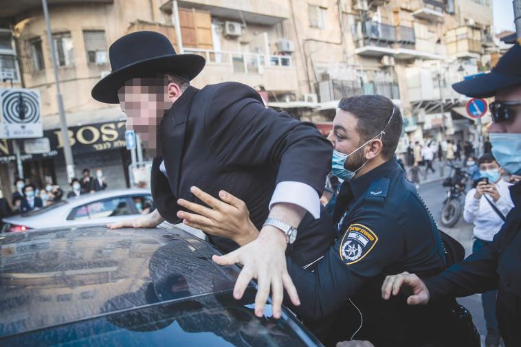 עימות בין המשטרה לחרדים במאה שערים (צילום: יונתן זינדל, פלאש 90)