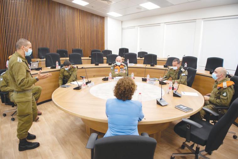 ראש עיריית חיפה וראשי פיקוד העורף (צילום: דובר צה''ל)