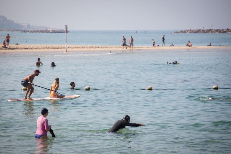 קורונה בישראל: חוף הים בימי הקורונה (צילום: מרים אלסטר, פלאש 90)