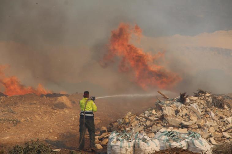 כבאי בפעילות בשריפה באום אל פאחם (צילום: תיעוד מבצעי כבאות והצלה)