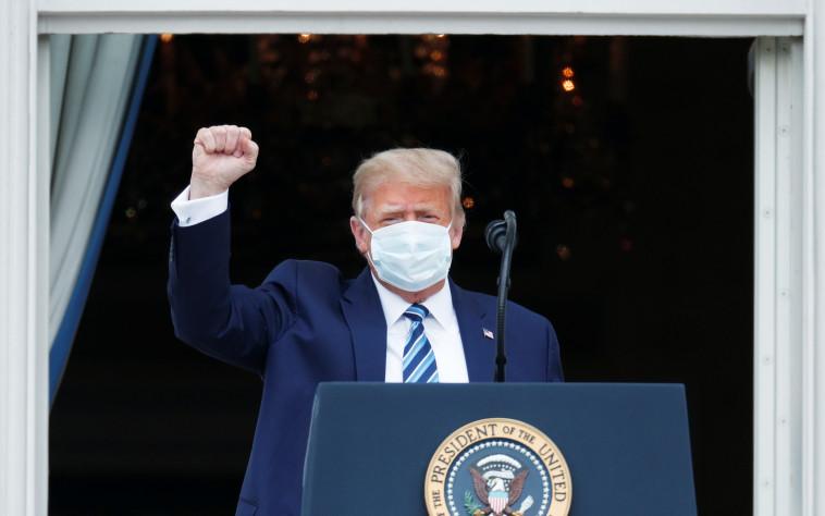 טראמפ עוטה מסכה בעצרת הבחירות בבית הלבן (צילום: REUTERS/Tom Brenner)