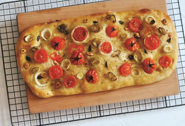 פוקצ'ה עם עגבניות שרי (צילום: פסקל פרץ-רובין)