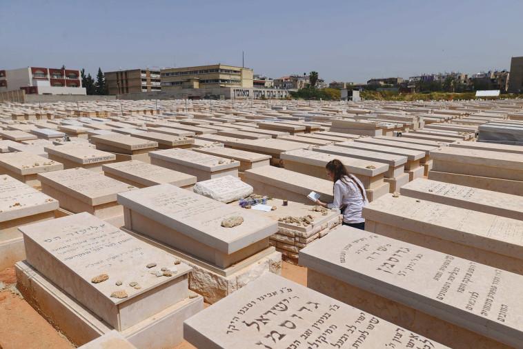 בית קברות (צילום: תומר נויברג, פלאש 90)