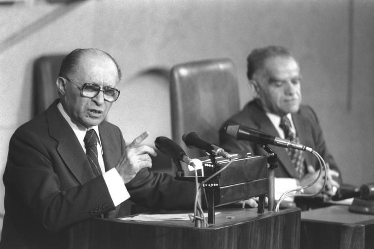 מנחם בגין בדיון במליאת הכנסת על הסכם השלום (צילום: יעקב סער, לע''מ)