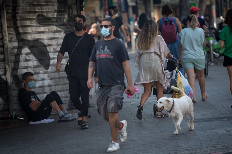 קורונה - אנשים עם מסכה בתל אביב (למצולמים אין קשר לנאמר בכתבה) (צילום: מרים אלסטר, פלאש 90)