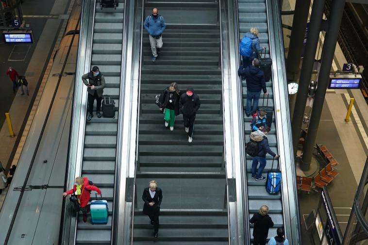 קורונה - אנשים עם מסכה בתחנת רכבת בברלין (צילום: Sean Gallup/Getty Images)