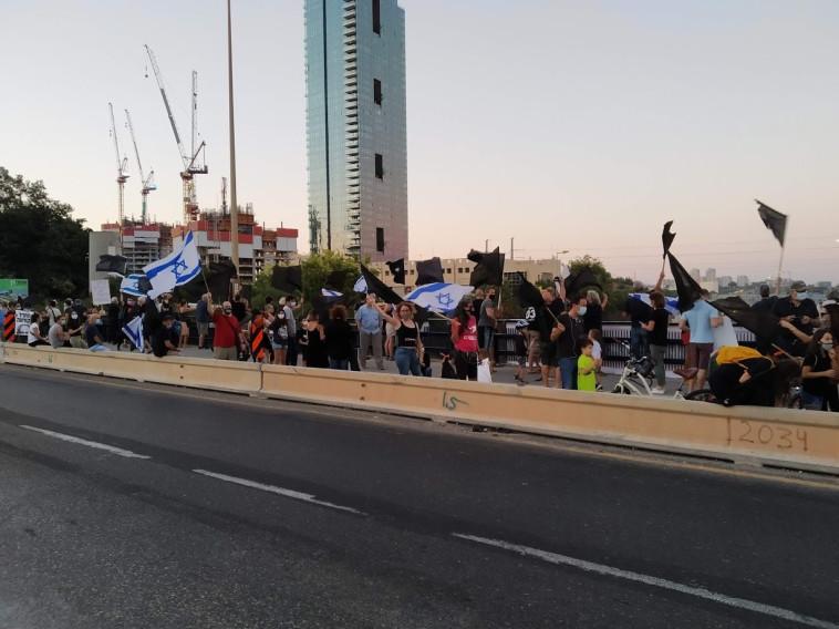 הפגנה נגד נתניהו בגשר ההלכה בתל אביב (צילום: דוברות מחאת הדגלים השחורים)