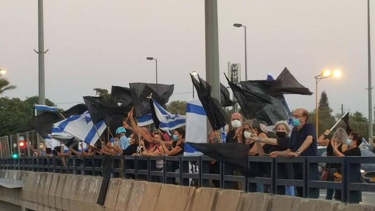 הפגנה נגד נתניהו בגשר קק''ל בתל אביב (צילום: דוברות מחאת הדגלים השחורים)