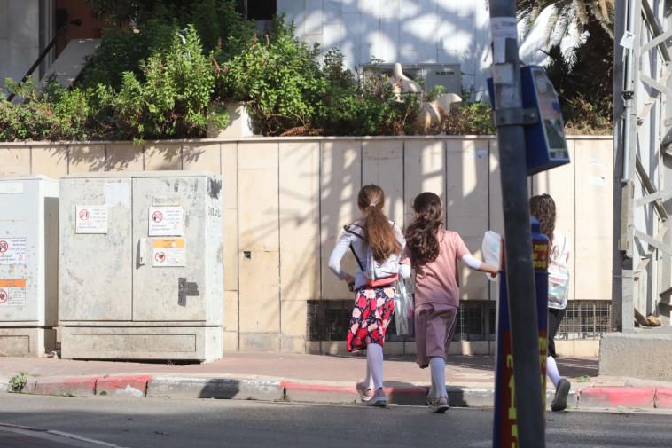 תלמידות חרדיות בדרך למוסד חינוכי, למצולמות אין קשר לפרשה (צילום: איתן אלחדז, TPS)