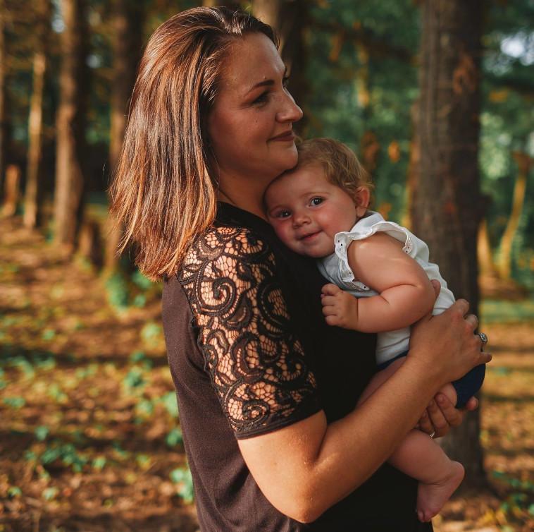 שמיט ובתה קרסין בת השנתיים (צילום: רשתות חברתיות)