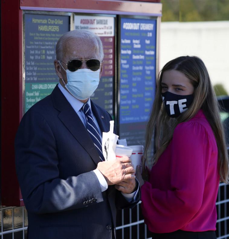 המועמד הדמוקרטי ג'ו ביידן ונכדתו בעצרת בחירות (צילום: REUTERS/Tom Brenner)