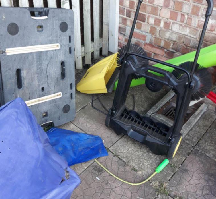 הציוד הגנוב מחוץ לביתו של פייק (צילום: רשתות חברתיות)