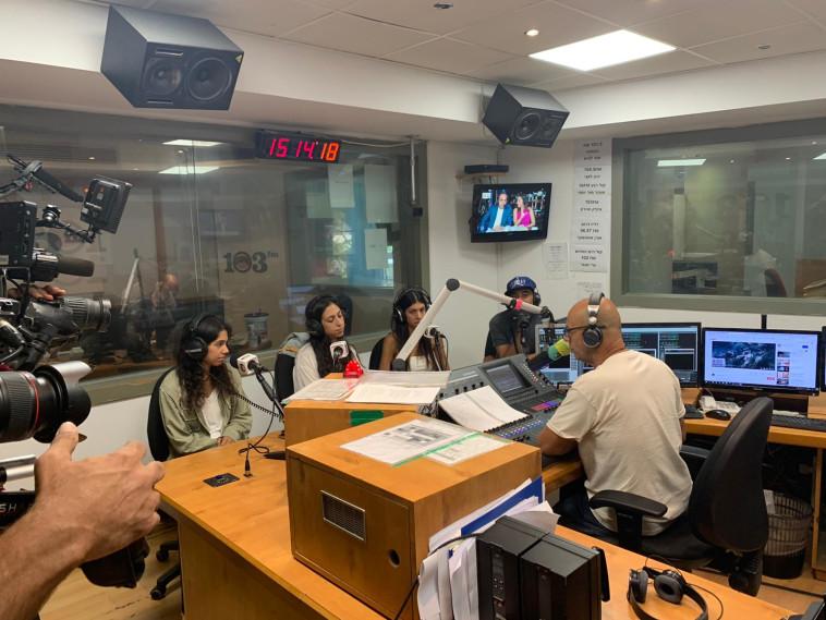 הבנות של דידי במהלך התוכנית לזכר אמן מירית ז''ל (צילום: באדיבות 103FM)