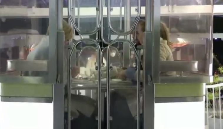 אנשים סועדים במסעדת המישלן בתוך תא הגלגל הענק (צילום: צילום מסך: רויטרס)