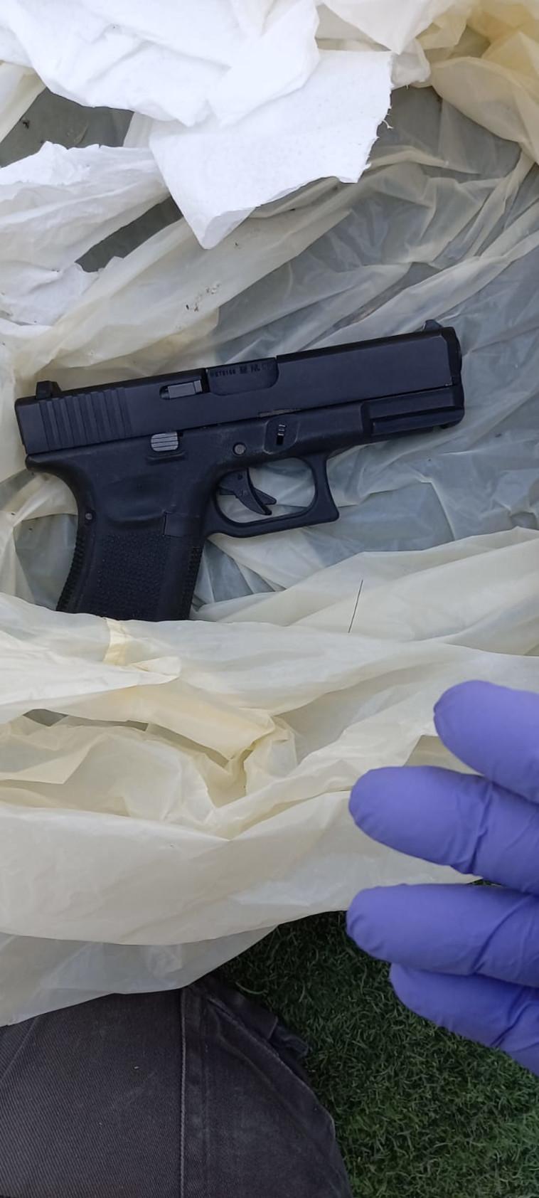 אקדח שנתפס בגן יבנה במהלך המבצע המשטרתי (צילום: דוברות המשטרה)
