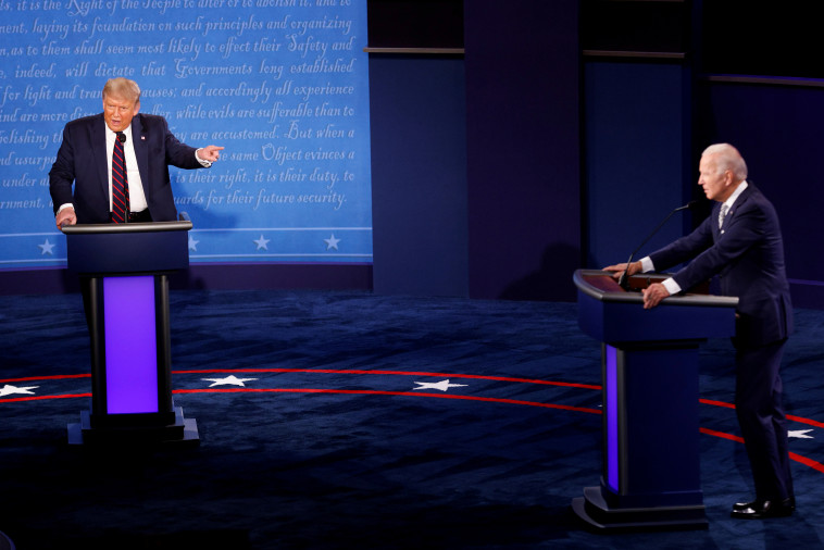 דונלד טראמפ וג'ו ביידן בעימות הראשון (צילום: REUTERS/Brian Snyder)