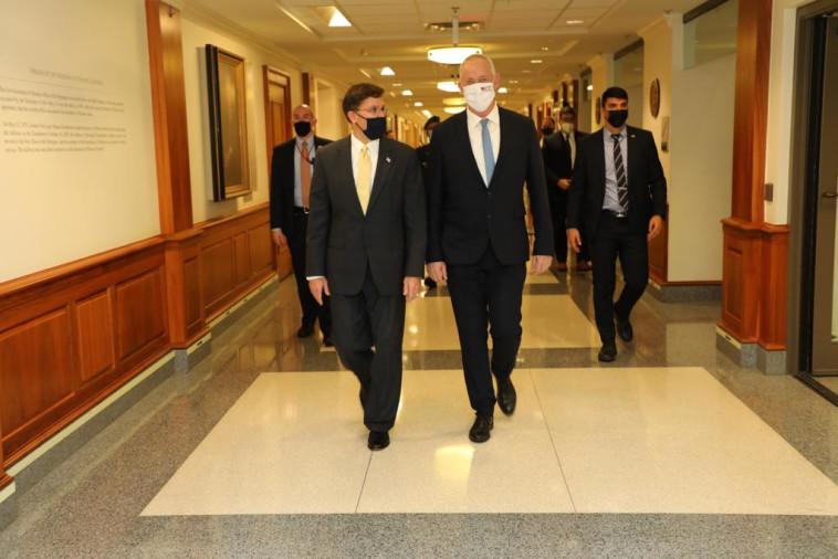 שר הביטחון גנץ ומזכיר ההגנה אספר (צילום: שמוליק עלמני)