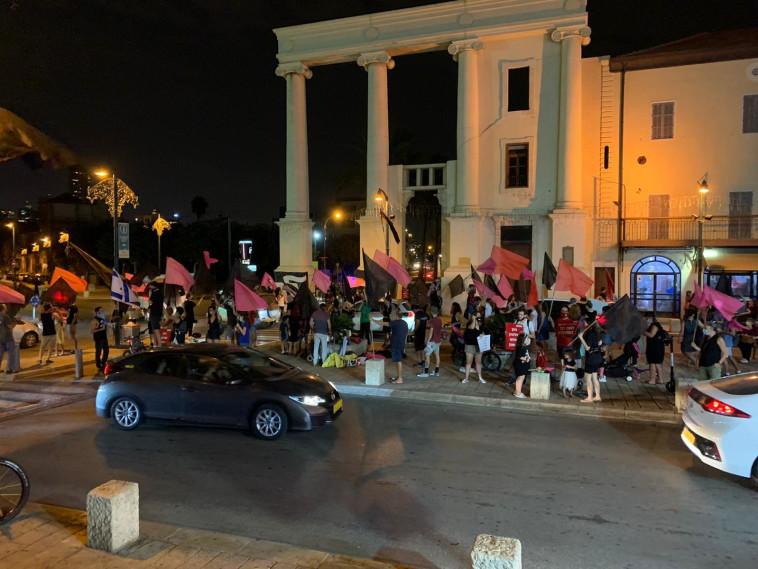 הפגנה נגד נתניהו בכיכר השעון ביפו (צילום: דוברות מחאת הדגלים השחורים)