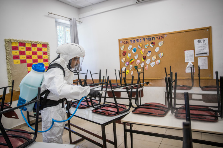 חיטוי בית ספר, ארכיון (למקום המצולם אין קשר לנאמר בכתבה) (צילום: יונתן זינדל, פלאש 90)