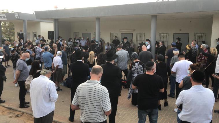 עשרות מלווים את בארקן בדרכו האחרונה (צילום: אלוני מור)