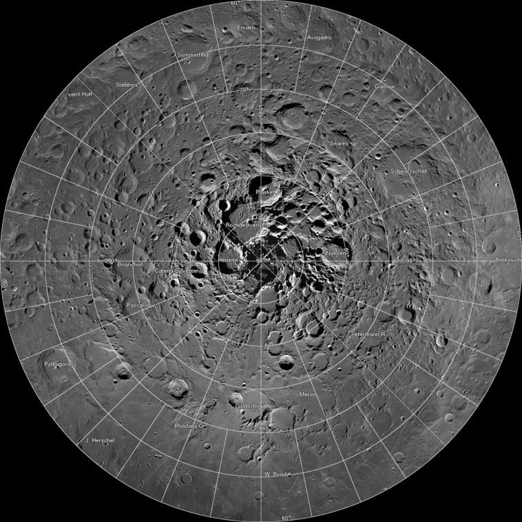 מקורות מים אפשריים על פני הירח בצילום לוויני (צילום:  REUTERS/NASA/GSFC/Arizona State University/Handout)