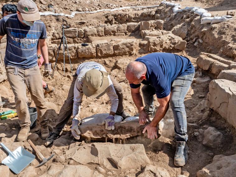 פועלים מרימים את אבן הגבול שהתגלתה בנפח (צילום: אסף פרץ, באדיבות רשות העתיקות)