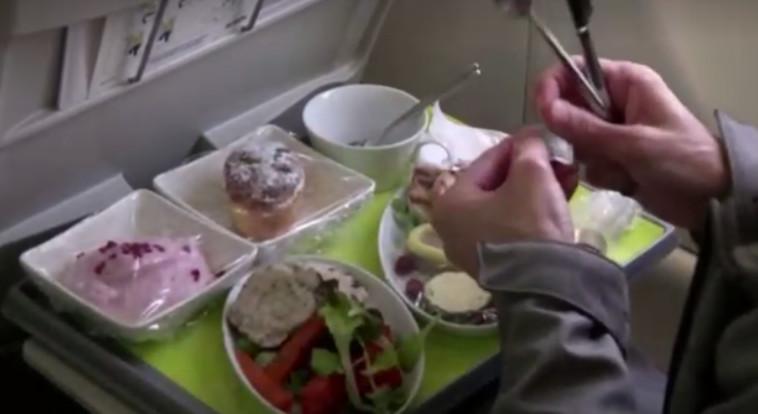 ארוחה במטוס במסגרת תוכנית ''טיסה לשום מקום'' (צילום: צילום מסך: רויטרס)