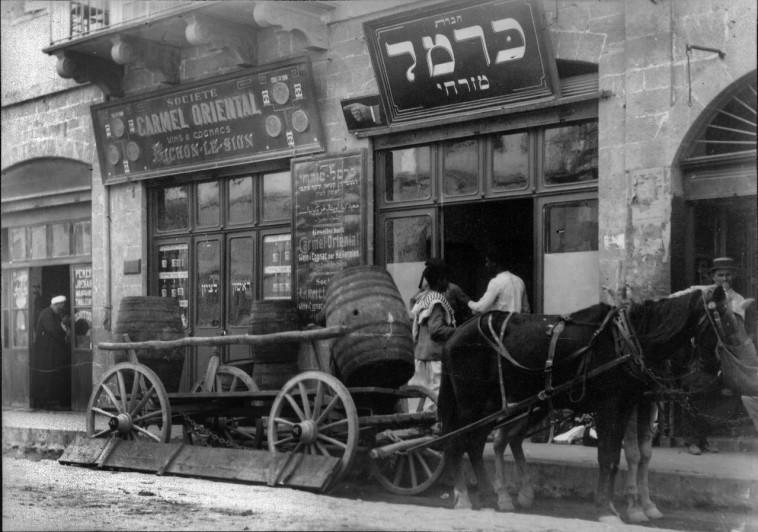 חנות 'כרמל מזרחי' ביפו, ראשית המאה ה-20 (צילום: ארכיון יקבי כרמל)