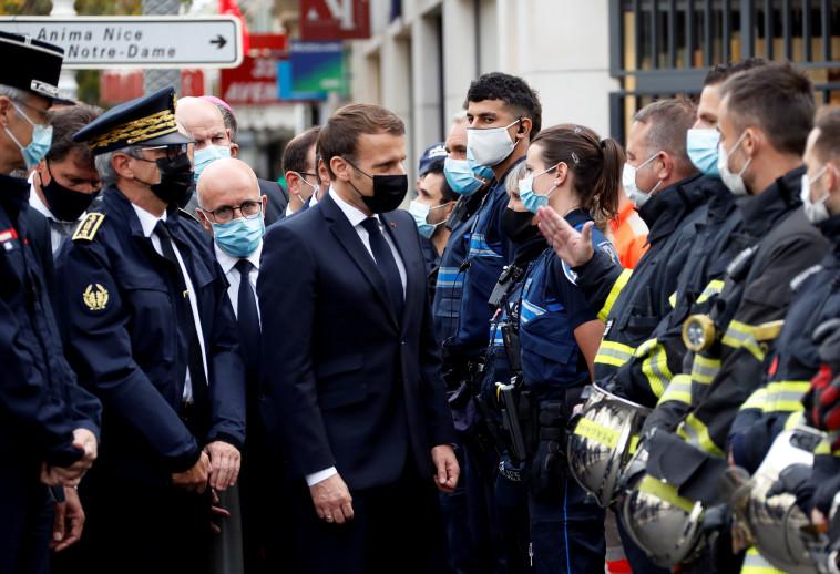 נשיא צרפת עמנואל מקרון בזירת הפיגוע בניס (צילום: REUTERS/Eric Gaillard)
