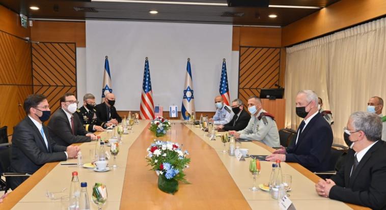 הפגישה בהשתתפות בני גנץ ומארק אספר (צילום: אריאל חרמוני / משרד הביטחון)