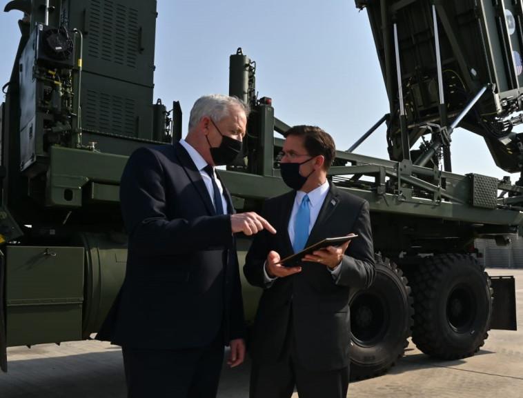 בני גנץ ומארק אספר ליד סוללת כיפת ברזל (צילום: אריאל חרמוני / משרד הביטחון)