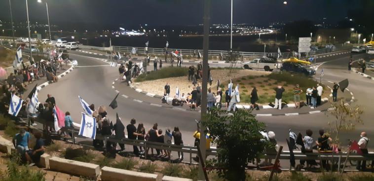הפגנת מחאה נגד בנימין נתניהו בשדה יעקב (צילום: דוברות מחאת הדגלים השחורים)