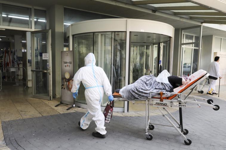 חולה קורונה בכניסה לבית חולים (צילום: מארק ישראל סלם)