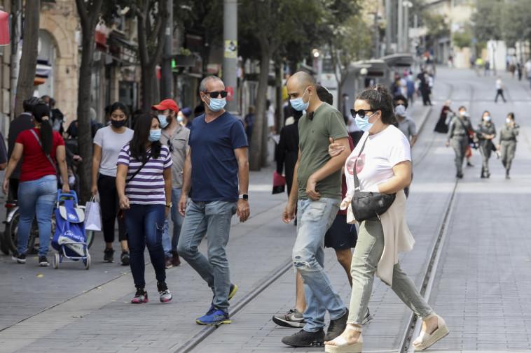 אנשים עם מסכה בזמן קורונה בירושלים (למצולמים אין קשר לכתבה) (צילום: מארק ישראל סלם)