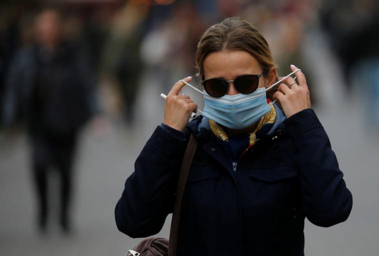 קורונה באוקראינה: אישה עם מסכה בקייב (צילום: רויטרס)