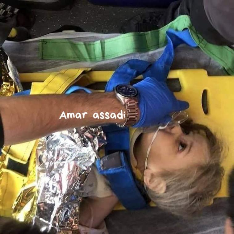 בת ה-3 אחרי שניצלה ברעידת האדמה  (צילום: רשתות ערביות)