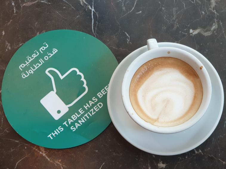 שולחן בבית קפה בדובאי עם הודעה על החיטוי. הקפדה בפרטים הקטנים  (צילום: ג'קי חוגי)