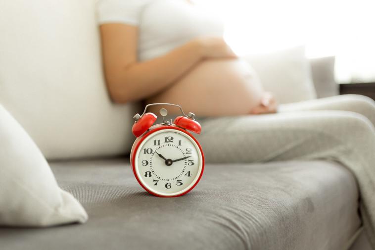 אישה בהיריון מחכה ללידה, אילוסטרציה (צילום: אינגאימג')