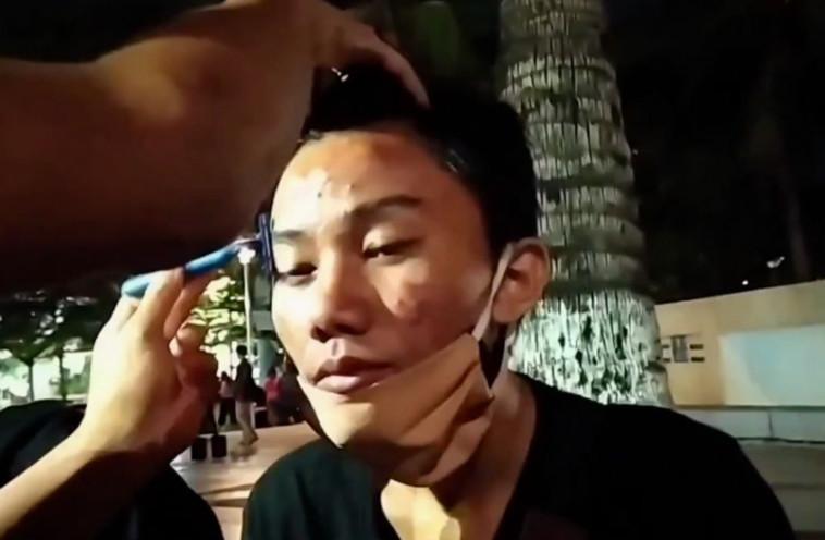 השוטר מגלח את הגבות של נער באינדונזיה (צילום: רשתות חברתיות)