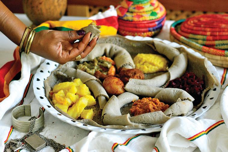 ארוחה אתיופית (צילום: פסקל פרץ-רובין)