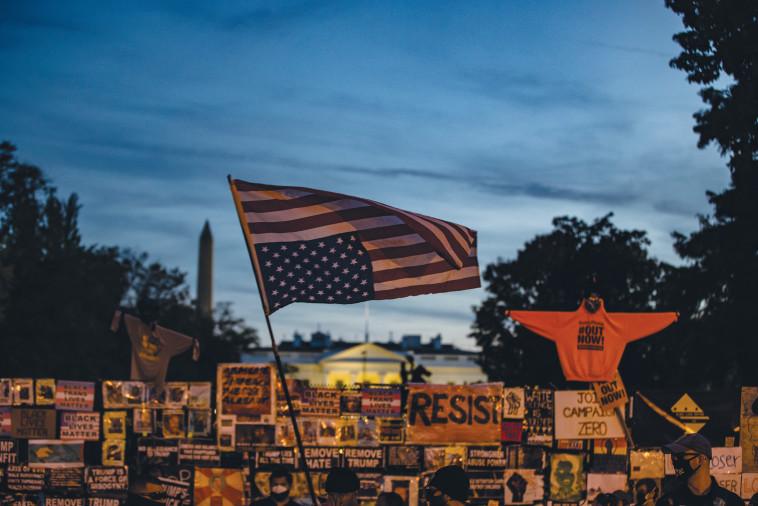 מחאה מול הבית הלבן (צילום: Samuel Corum/Getty Images)