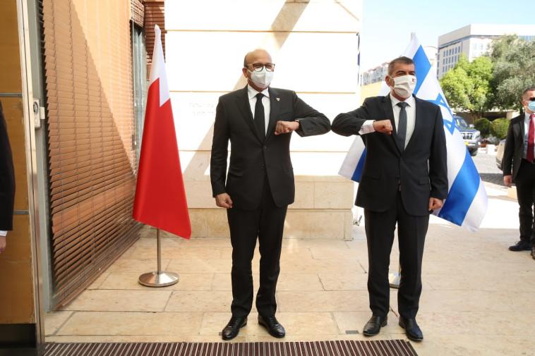 גבי אשכנזי ועבד א-לטיף בן ראשד א-זיאני (צילום: מירי שמעונוביץ', משרד החוץ)