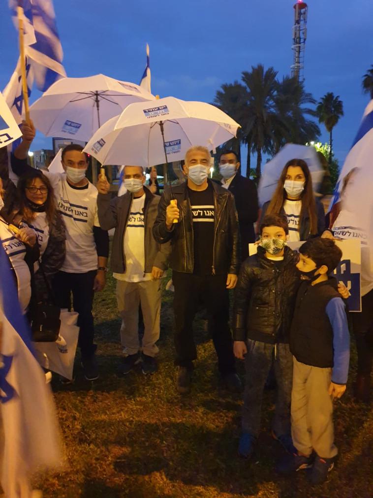 יאיר לפיד עם פעילי מפלגתו בהפגנה נגד נתניהו (צילום: ללא קרדיט)